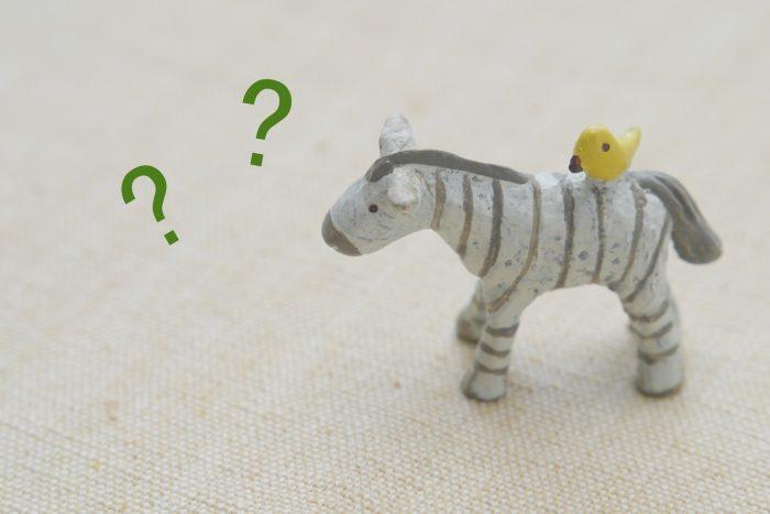 考えているシマウマのおもちゃの画像
