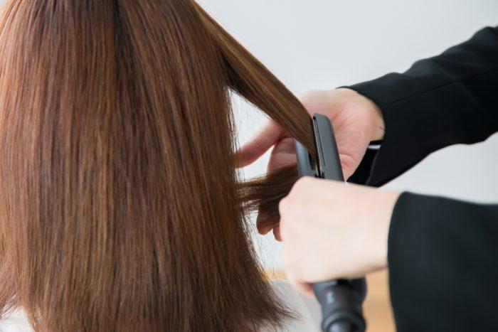 縮毛矯正を掛ける女性の画像