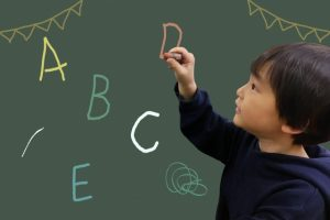 子供に英語をいつから学ばせる?早めに始めるメリットとは?